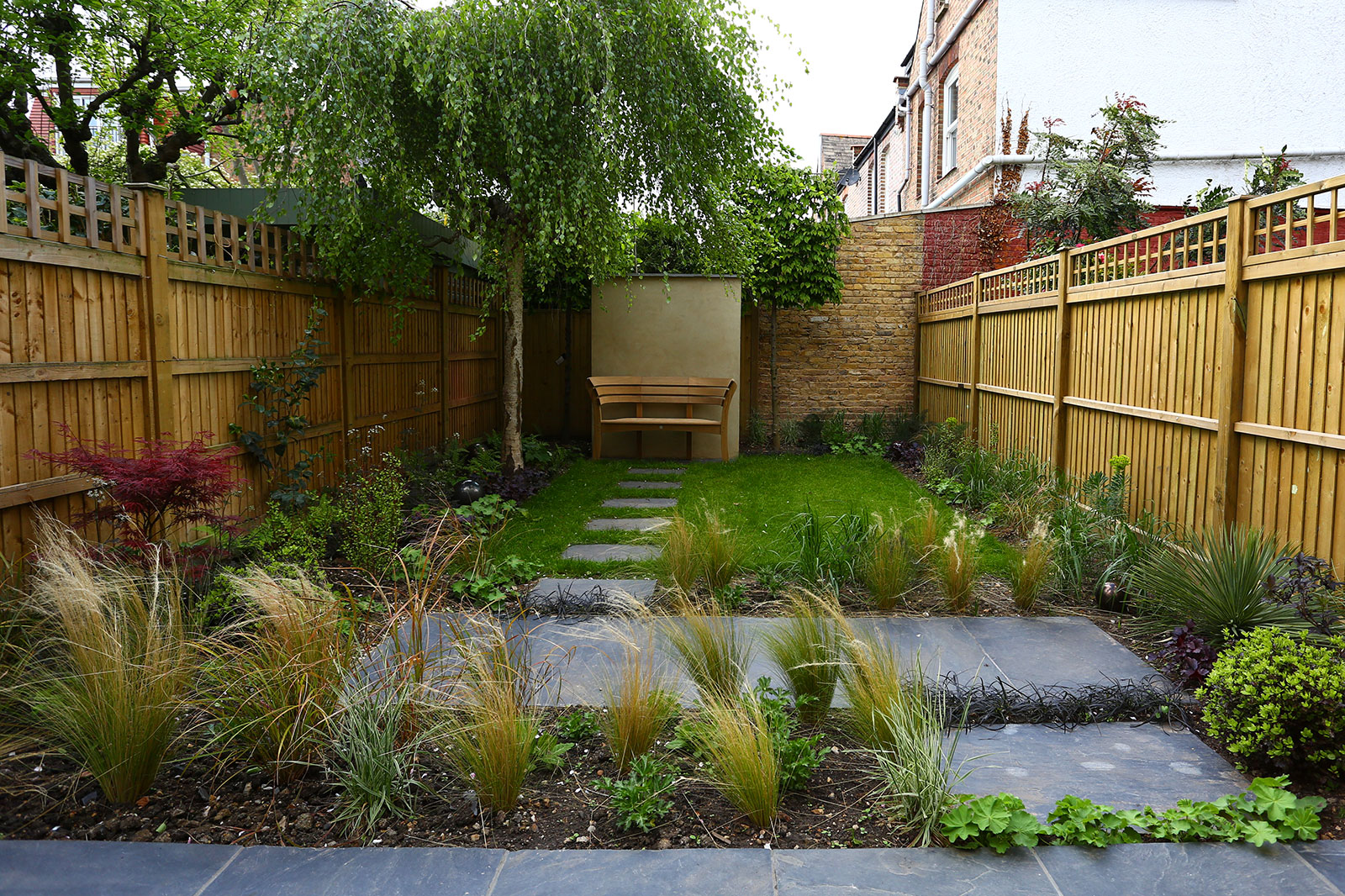 Small garden landscaping in chiswick positive garden for Garden designs for small gardens uk